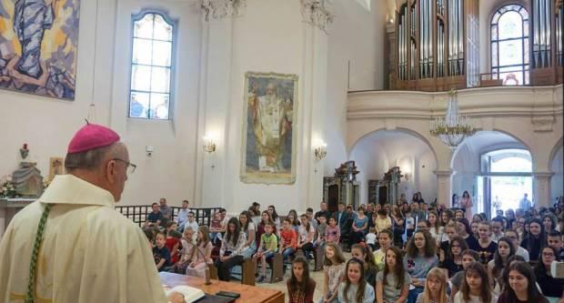 U požeškoj Katedrali održana sveta misa zahvalnica za učenike osnovnih i srednjih škola