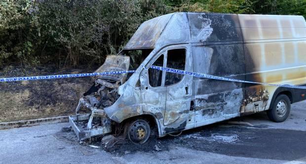 Kombi izgorio u vožnji, vozač se spasio u zadnji trenutak