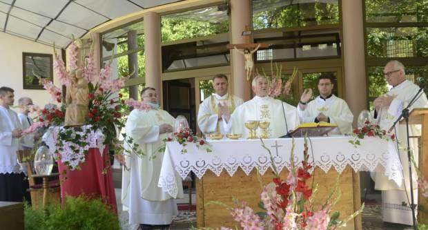 ʺNapad na svećenika napad je na Krista, zato ljubite svoju Crkvu i poštujte svećenikeʺ