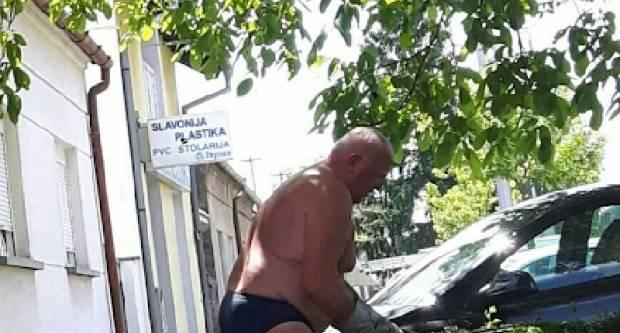 Skoro pa gologuz šišao živicu ispred kuće u Osječkoj! Vrijeđa li moralne osjećaje građana (djece)?