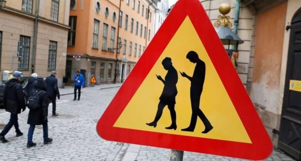 U BiH uvedena kazna pješacima za korištenje mobitela na prometnici