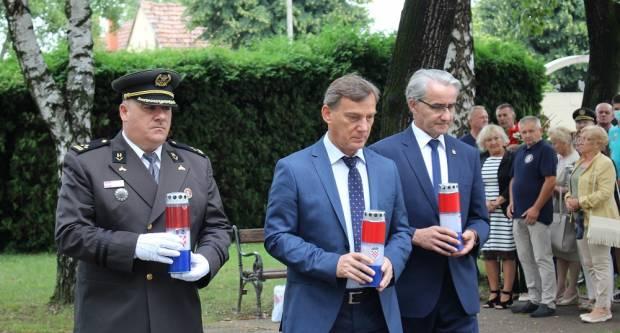 U Vinkovcima polaganjem vijenca obilježen Dan pobjede i domovinske zahvalnosti i Dan hrvatskih branitelja