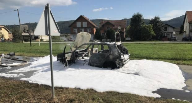 Zbog kvara na električnim instalacijama zapalio se automobil u Slavonskom Brodu