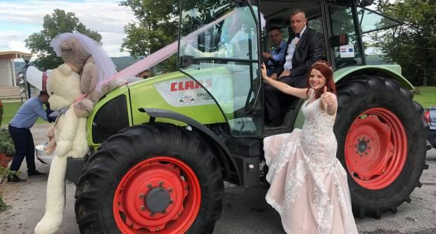 Pleternički mladenci Ana i Uroš zbog korone svadbu napravili u svom dvorištu, na vjenčanje išli traktorom