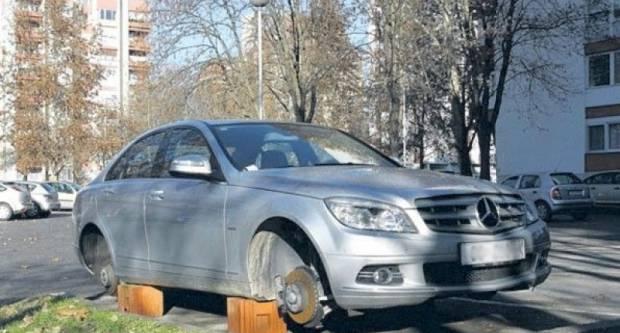 Lopovi osim alata, agregata i trimera ukrali i kotače s parkiranog automobila
