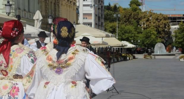 Vinkovačke jeseni danas u Slavonskome Brodu, tamburica i kolo nakon dugo vremena na Korzu