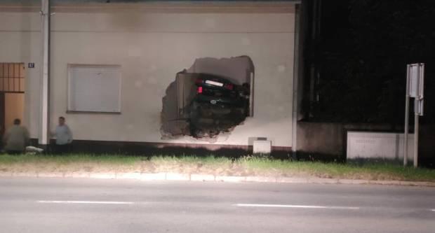 TEŠKA PROMETNA NESREĆA: Automobil se zabio u kuću
