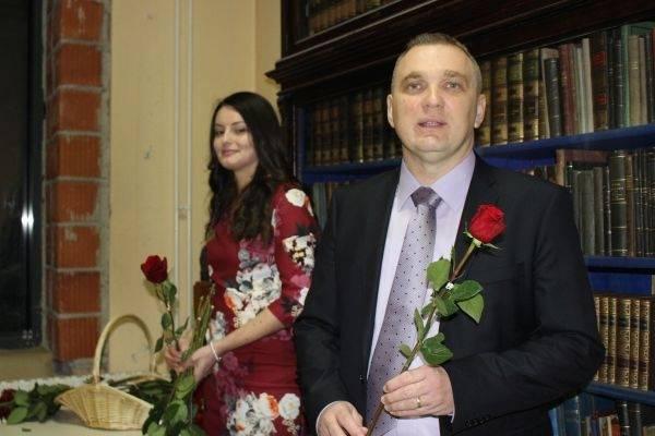 muškarci s rakom i žena iz knjižnice